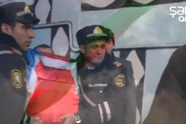 Şəhid tabutunu daşıyan polislər göz yaşına boğuldu - VİDEO