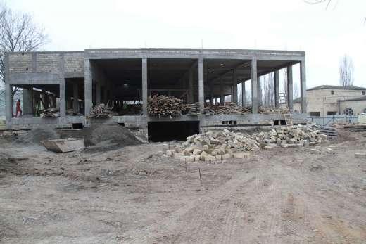 İsmayıllıda inşa olunan yeni xalça istehsalı emalatxanası binasının tikintisinə baxış olub
